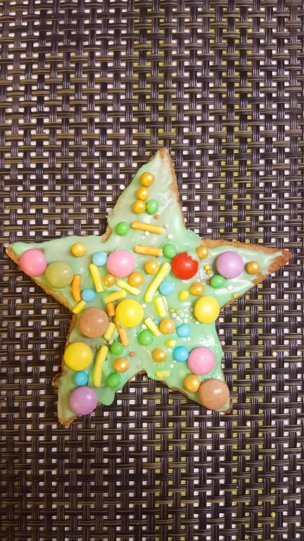 """Son beau biscuit étoile où elle a mis """"toutes les décorations pour qu'il soit le plus beau"""""""
